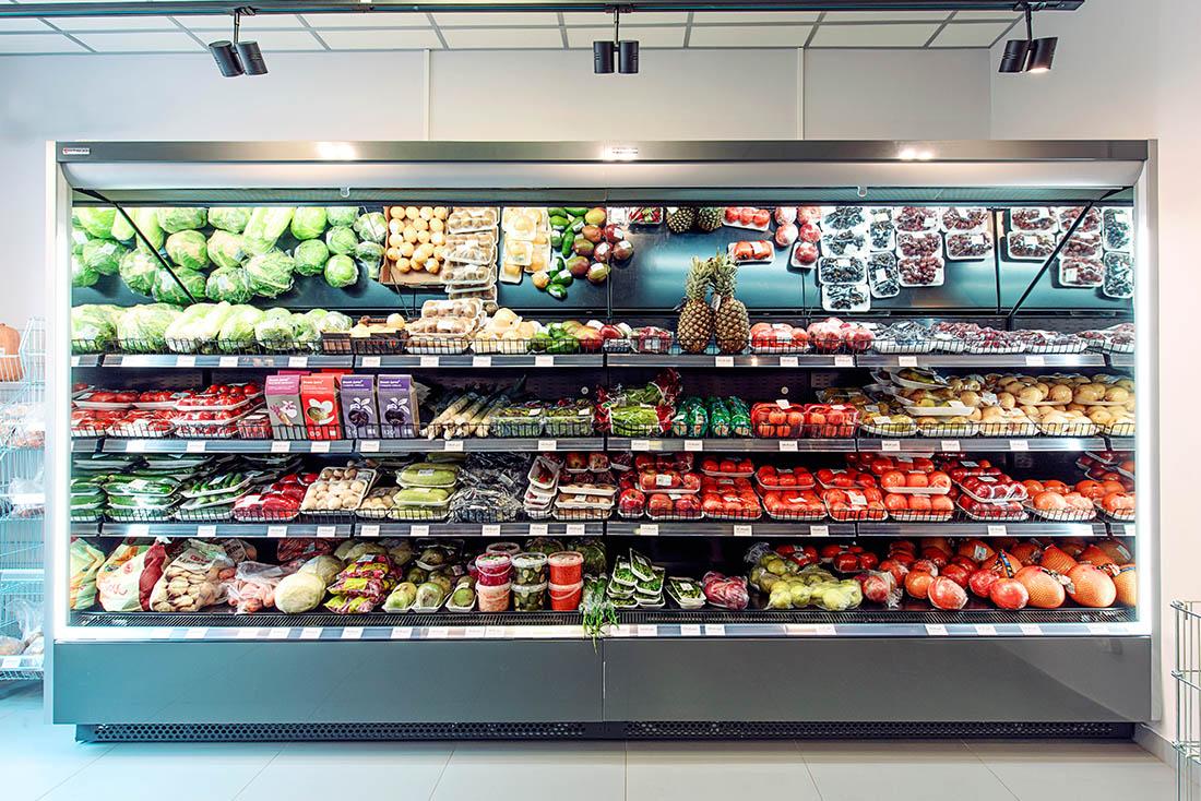Фото выкладки продуктов на витрине магазина
